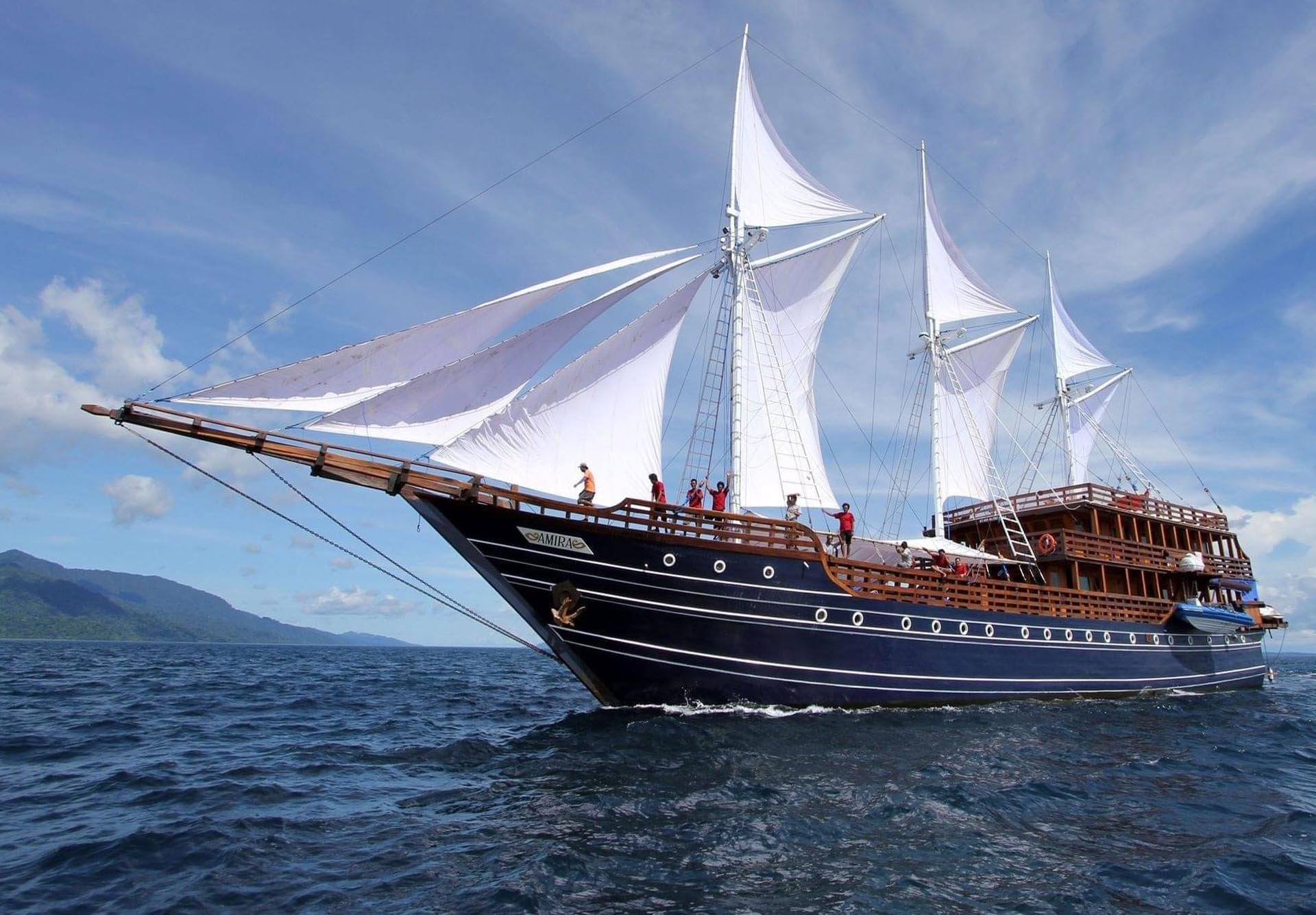 Amira Liveaboard sailing