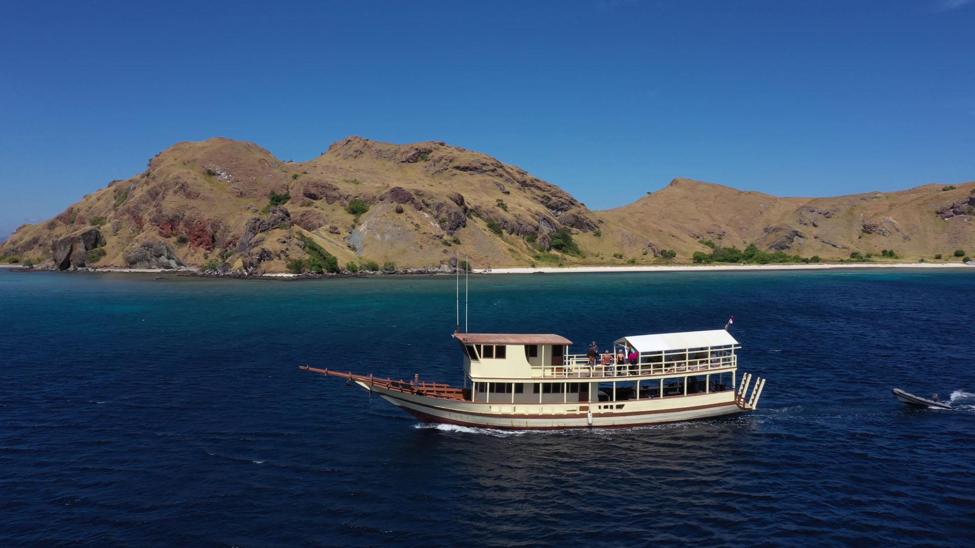 Komodo Resort snorkel boat